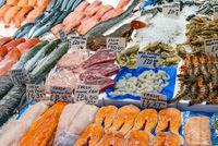 Frischer Fisch und Meeresfrüchte auf einem Markt