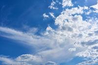 Wolkenlandschaft mit Wolken am blauen Himmel