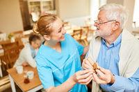 Altenpflegerin betreut Senior mit Demenz