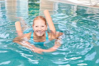 Vitale Seniorin mit einer Schwimmhilfe