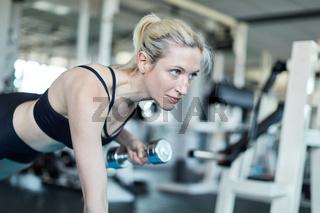 Junge Frau macht Krafttraining für den Trizeps