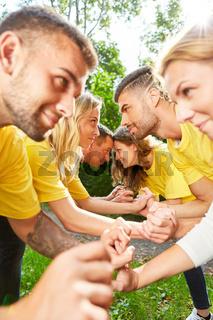 Junge Leute trainieren Konfrontation im Workshop