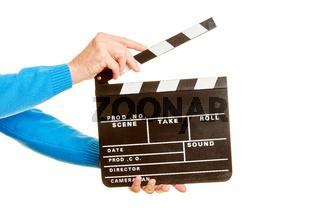 Hände halten Filmklappe für Regie bei Filmaufnahmen