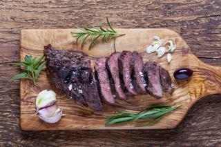 Scheiben von einem gegrillten Steak auf Holz