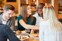 Gruppe Freunde beim gemeinsamen Mittagessen