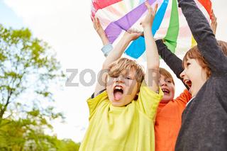 Drei Jungen als Gewinner bei einem Ballspiel