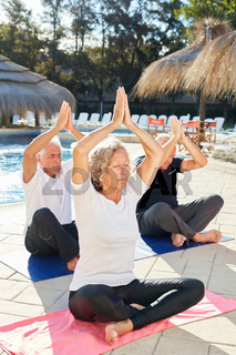 Drei Senioren im Yogakurs im Spa