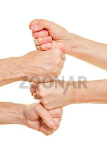 Leute stapeln Fäuste als Zusammenarbeit Konzept