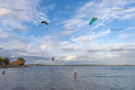 Landschaft mit Kitesurfer in Orth auf der Insel Fehmarn