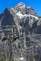 Kabine der Gondelbahn Grindelwald-First vor dem Wetterhorn
