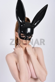 Sexy, schlank, vollbusige Rothaarige in Halloween-Maske, Oben Ohne