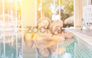 Senioren Paar bei Wellness Urlaub im Pool