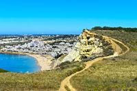 Wanderweg entlang der Steilküste bei Luz,  Algarve, Portugal