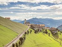 Blick auf das Bergdorf Prenn (Mittelstation der Hirzer Seilbahn) in den Sarntaler Alpen