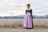 Junge Frau in bayrischer Festtagstracht