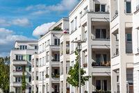 Die Fassade einer Reihe moderner Apartmenthäuser