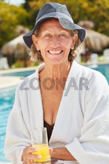 Seniorin im Wellness Urlaub am Pool