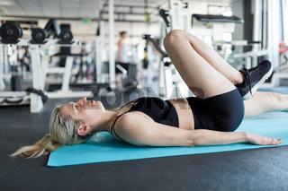 Junge Frau macht ein Workout für die Beine
