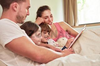 Eltern und Kinder lesen zusammen Buch