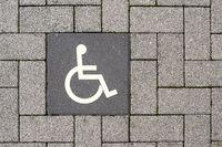 Piktogramm Behinderten Parkplatz auf Pflastersteinen