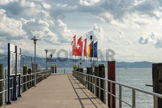 Bodensee mit Fahnen und Landungsbrücke, Deutschland,