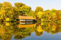 Bootshaus mit buntem Herbstlaub