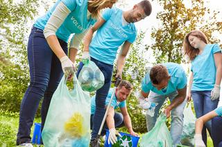 Umweltschützer sammeln Müll im Park