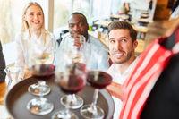 Gäste Bistro werden von einer Kellnerin bedient
