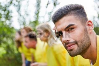 Selbstbewusster junger Mann vor Wettkampf