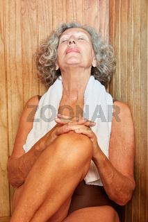 Alte Frau genießt die gesunde Sauna
