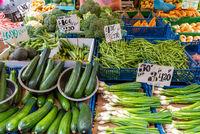 Zucchini, Frühlingszwiebeln und anderes Gemüse