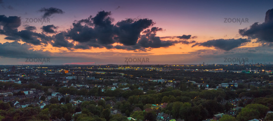 Panorama aus der Luft auf die Duisburger Skyline am Abend