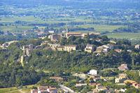Crillon-le-Brave mit umliegender Landschaft, Provence, Frankreich, altes Dorf auf einem Hügel