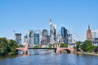 Frankfurt am Main Skyline vor einem blauen Himmel