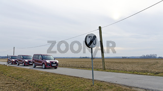 Landstraße mit Verkehrstafel