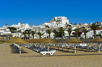 Sonnenliegen am Strand, Praia da Luz, Luz, Algarve, Portugal