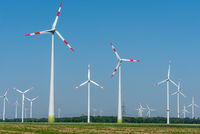 Windenergieanlagen in den Feldern