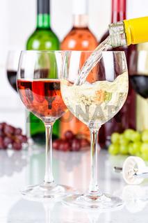 Wein einschenken eingießen Weinflasche Weinglas Weißwein Weisswein Hochformat Flasche