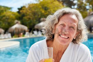 Senior Frau am Pool im Wellnesshotel