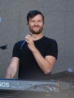 Sänger und Keyboarder Daniel Grünenberg vom Duo Glasperlenspiel bei STARS for FREE am 19.08.2018 in Magdeburg