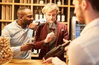 Junge Leute mit Sommelier bei einer Weinprobe