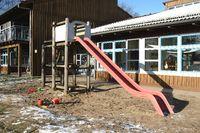 kinderrutsche im vor dem kindergarten