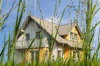 Modernes Haus auf einer grünen Wiese