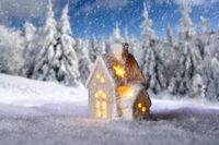 Kleines Haus vor Winterlandschaft