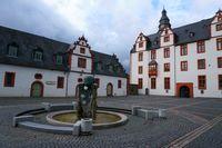 Vorplatz mit Brunnen Schloss Hadamar