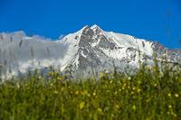 Die schneebedeckten Gipfel Aiguille de Bionnassay und Mont Blanc, Savoyen, Frankreich