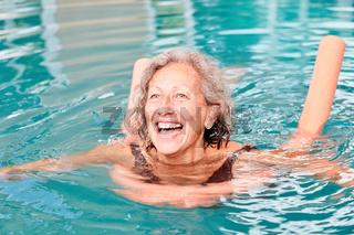 Aktive Senior Frau hat Spaß bei Aquafitness