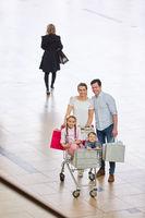 Familie im Einkaufszentrum beim Shopping