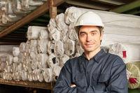 Mann mit Schutzhelm als Lagerarbeiter