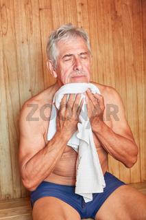 Alter Mann wischt sich den Schweiß ab
